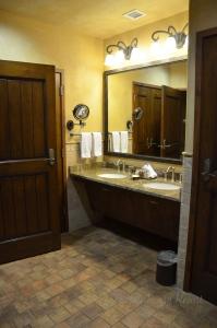 Grand Kiva Lodge Suite Bath